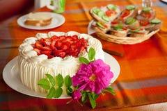 Gâteau délicieux de fraise sur la table basse photo libre de droits