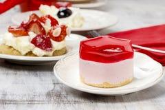 Gâteau délicieux de fraise sur la table de partie Image libre de droits