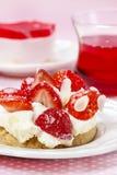 Gâteau délicieux de fraise sur la table de partie Image stock