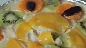 Gâteau délicieux de fruit banque de vidéos