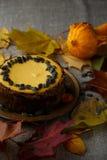 Gâteau délicieux de potiron avec des feuilles sur le fond Image stock