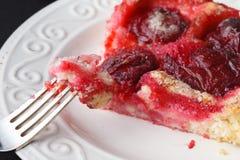 Gâteau délicieux de prune avec la prune organique Photographie stock