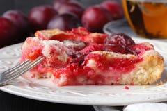 Gâteau délicieux de prune avec la prune organique Photo stock