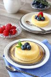 Gâteau délicieux de pudding de citron servi avec des baies Images stock