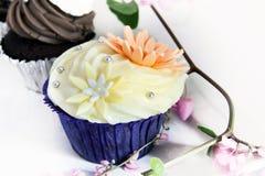Gâteau délicieux et beau de petit animal sur le fond blanc. Photographie stock