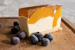 Gâteau délicieux et doux avec des myrtilles Dessert ensoleillé sur Images stock