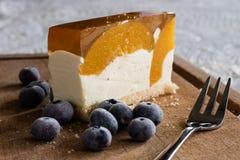 Gâteau délicieux et doux avec des myrtilles Dessert ensoleillé sur Photos libres de droits