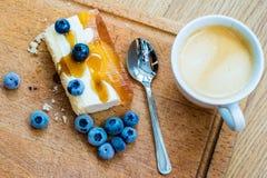 Gâteau délicieux et doux avec des myrtilles Dessert ensoleillé sur Photos stock
