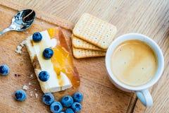 Gâteau délicieux et doux avec des myrtilles Dessert ensoleillé sur Photographie stock