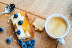 Gâteau délicieux et doux avec des myrtilles Dessert ensoleillé sur Image libre de droits