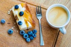 Gâteau délicieux et doux avec des myrtilles Dessert ensoleillé sur Photo stock
