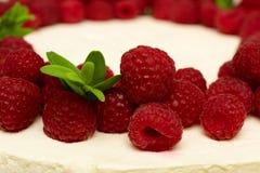 Gâteau délicieux et doux avec les framboises mûres fraîches de baies rouges Photos libres de droits