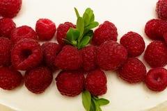 Gâteau délicieux et doux avec les framboises mûres fraîches de baies rouges Images libres de droits