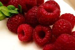 Gâteau délicieux et doux avec les framboises mûres fraîches de baies rouges Images stock