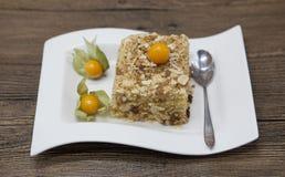 Gâteau délicieux frais de régime avec le Physalis de baie au régime de Dukan d'un plat de porcelaine avec une cuillère sur un fon Image stock