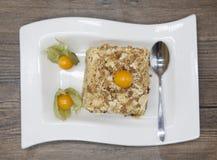 Gâteau délicieux frais de régime avec le Physalis de baie au régime de Dukan d'un plat de porcelaine avec une cuillère sur un fon Photo libre de droits