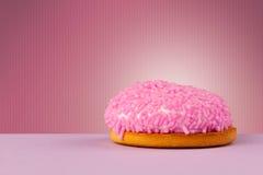 Gâteau délicieux sur le fond coloré avec le copyspace Image libre de droits