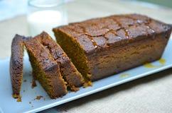 Gâteau d'épice découpé en tranches de potiron avec du lait Photos libres de droits