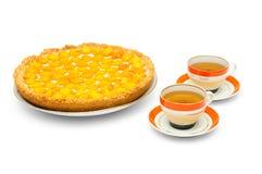 Gâteau d'abricot avec des cuvettes de thé Image libre de droits