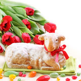 Gâteau d'agneau de Pâques et tulipes rouges Photos stock