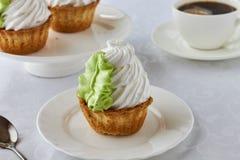 Gâteau d'air dans un panier et un café Photographie stock libre de droits