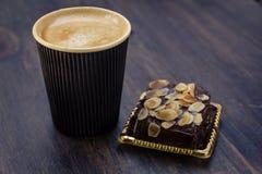 Gâteau d'amande de chocolat et tasse de café sur la table photographie stock