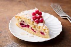 Gâteau d'amande et de framboise, tarte de Bakewell Pâtisserie britannique traditionnelle Fond en bois image libre de droits