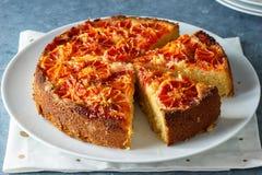 Gâteau d'amande d'orange sanguine avec la coupe de tranches Photographie stock