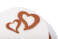 Gâteau d'amour de Valentine avec des coeurs d'isolement sur le blanc Image libre de droits