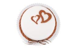 Gâteau d'amour de Valentine avec des coeurs d'isolement sur le blanc Photographie stock libre de droits