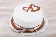 Gâteau d'amour de Valentine avec des coeurs sur le fond en bois Photographie stock libre de droits