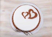 Gâteau d'amour de Valentine avec des coeurs sur le fond en bois Photos stock