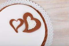 Gâteau d'amour de Valentine avec des coeurs sur le fond en bois Image stock