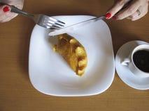 Gâteau d'Angu d'un plat blanc à la table Photos libres de droits