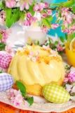 Gâteau d'anneau de citron sur la table de Pâques Photographie stock