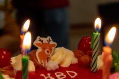 Gâteau d'anniversaire à la lumière de bougie photo stock