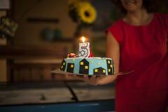 Gâteau d'anniversaire avec allumer la bougie Photo stock