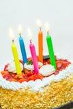 Gâteau d'anniversaire avec des bougies Images stock