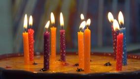 Gâteau d'anniversaire avec des bougies banque de vidéos