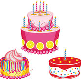Gâteau d'anniversaire avec des félicitations Image libre de droits