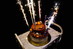 Gâteau d'anniversaire avec des feux d'artifice Photos stock