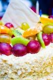 Gâteau d'anniversaire avec l'ANNIVERSAIRE 50 de l'inscription S Image stock