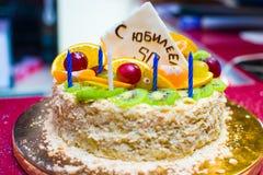 Gâteau d'anniversaire avec l'inscription AVEC L'ANNIVERSAIRE 50 Images stock