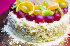 Gâteau d'anniversaire avec l'inscription AVEC L'ANNIVERSAIRE 50 Image libre de droits