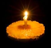 Gâteau d'anniversaire avec la bougie brûlante Photos libres de droits