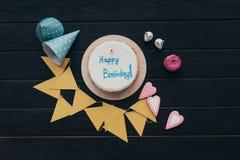 Gâteau d'anniversaire avec la guirlande de papier triangulaire Photo stock