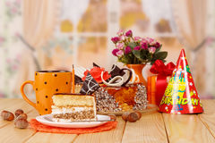 Gâteau d'anniversaire avec la tasse de thé Photo stock