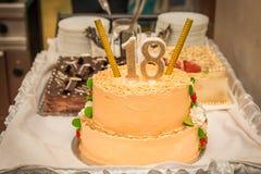 Gâteau d'anniversaire avec le numéro 18 Photo stock