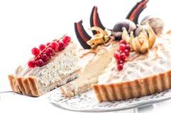 Gâteau d'anniversaire avec les groseilles rouges et la décoration de chocolat, morceau de gâteau crème, pâtisserie, photographie  Photos stock