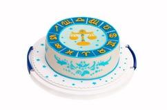 Gâteau d'anniversaire avec les symboles et la Balance de zodiaque Images stock